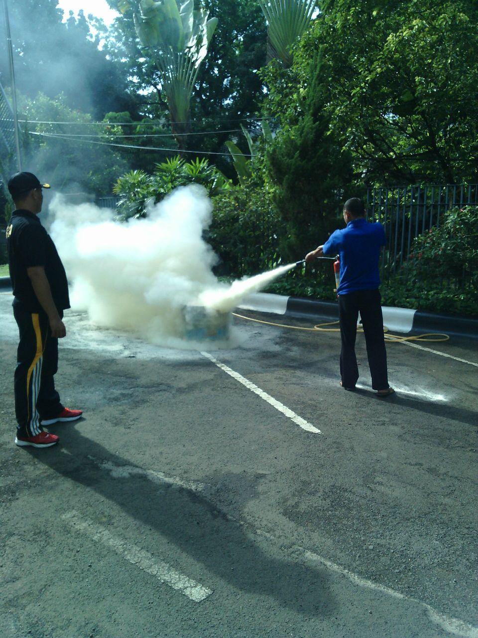 Praktek pemadaman api menggunakan APAR